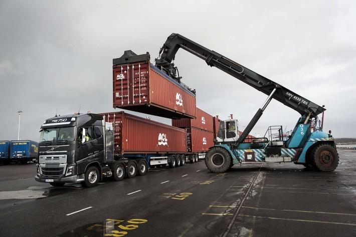 Volvo_Trucks_vs_750_Tonnes_1_lowres